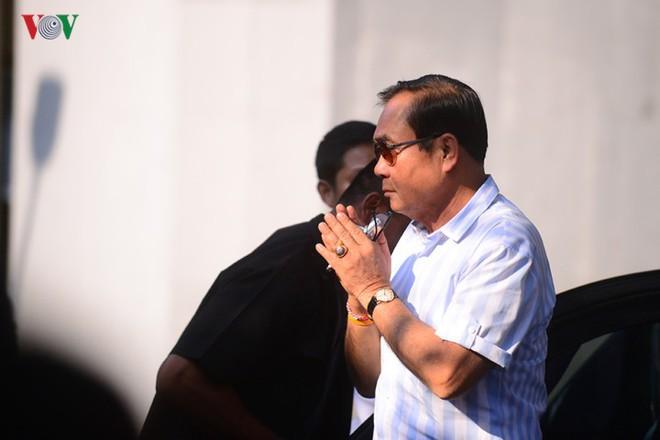 Thủ tướng Thái Lan xếp hàng đi bầu cử - Ảnh 1.