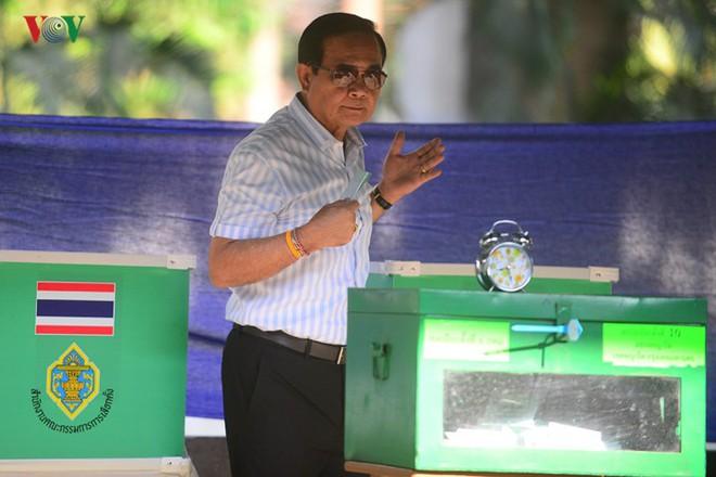 Thủ tướng Thái Lan xếp hàng đi bầu cử - Ảnh 12.