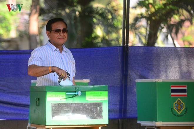Thủ tướng Thái Lan xếp hàng đi bầu cử - Ảnh 13.