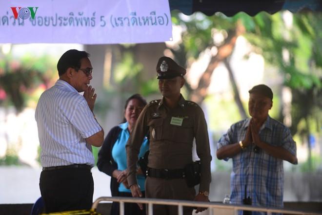 Thủ tướng Thái Lan xếp hàng đi bầu cử - Ảnh 14.