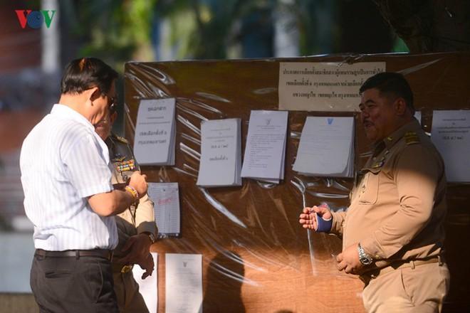 Thủ tướng Thái Lan xếp hàng đi bầu cử - Ảnh 3.