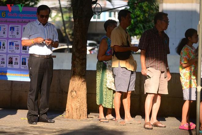 Thủ tướng Thái Lan xếp hàng đi bầu cử - Ảnh 5.