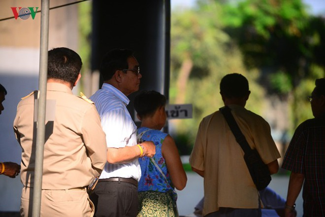 Thủ tướng Thái Lan xếp hàng đi bầu cử - Ảnh 6.