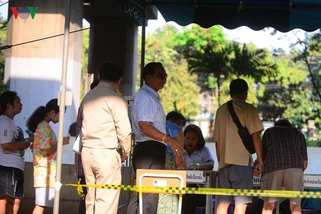 Thủ tướng Thái Lan xếp hàng đi bầu cử - Ảnh 7.