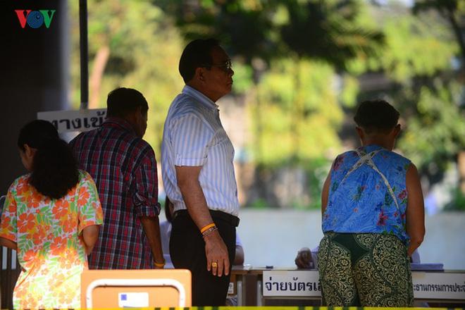 Thủ tướng Thái Lan xếp hàng đi bầu cử - Ảnh 8.