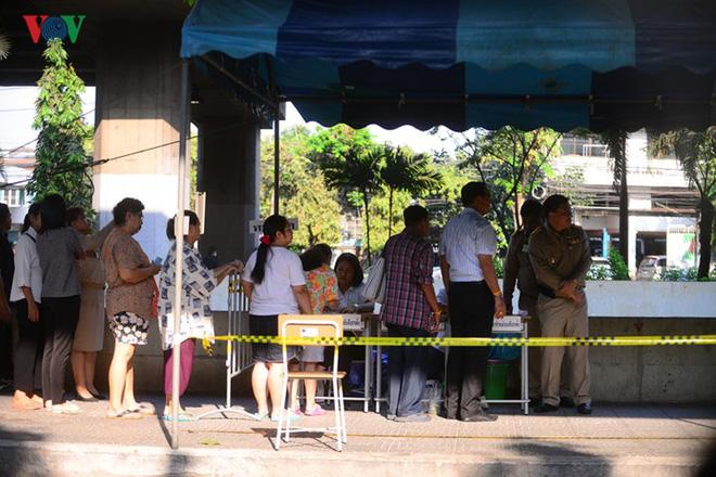 Thủ tướng Thái Lan xếp hàng đi bầu cử - Ảnh 9.