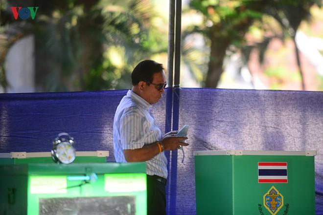 Thủ tướng Thái Lan xếp hàng đi bầu cử - Ảnh 10.