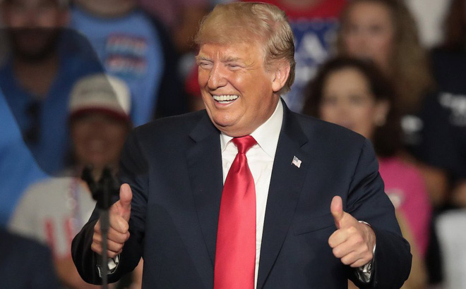 """Hân hoan chưa từng thấy, ông Trump vào ngồi trong buồng lái của Không Lực Một để """"ăn mừng"""""""