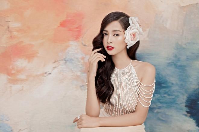 Hoa hậu Tiểu Vy gợi cảm và quyến rũ ở tuổi 19 - Ảnh 1.