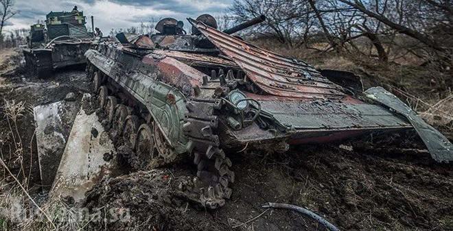 Xe thiết giáp Ukraine trúng mìn trên vùng Donbass - Ảnh 2.