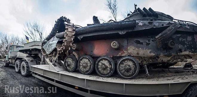 Xe thiết giáp Ukraine trúng mìn trên vùng Donbass - Ảnh 3.