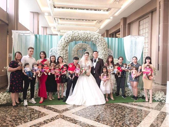 Hết hồn hình ảnh đám cưới có sự góp mặt của 18 con Kumanthong ngồi chật kín 1 bàn tiệc, ăn lẩu, uống nước ngọt như thật - Ảnh 1.