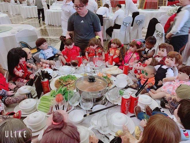 Hết hồn hình ảnh đám cưới có sự góp mặt của 18 con Kumanthong ngồi chật kín 1 bàn tiệc, ăn lẩu, uống nước ngọt như thật - Ảnh 2.
