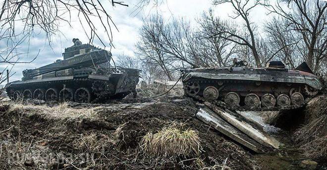 Xe thiết giáp Ukraine trúng mìn trên vùng Donbass - Ảnh 4.