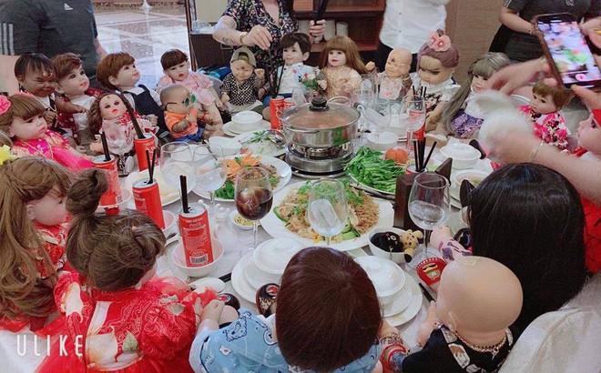 """Hết hồn hình ảnh đám cưới có sự góp mặt của 18 con Kumanthong ngồi chật kín 1 bàn tiệc, ăn lẩu, uống nước ngọt """"như thật"""""""