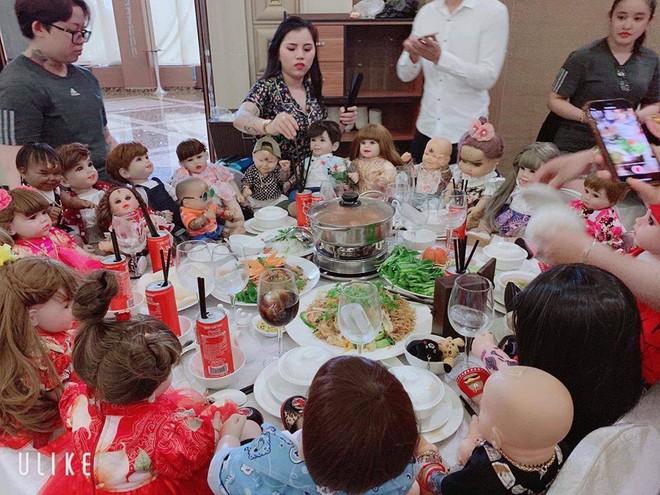 Hết hồn hình ảnh đám cưới có sự góp mặt của 18 con Kumanthong ngồi chật kín 1 bàn tiệc, ăn lẩu, uống nước ngọt như thật - Ảnh 3.