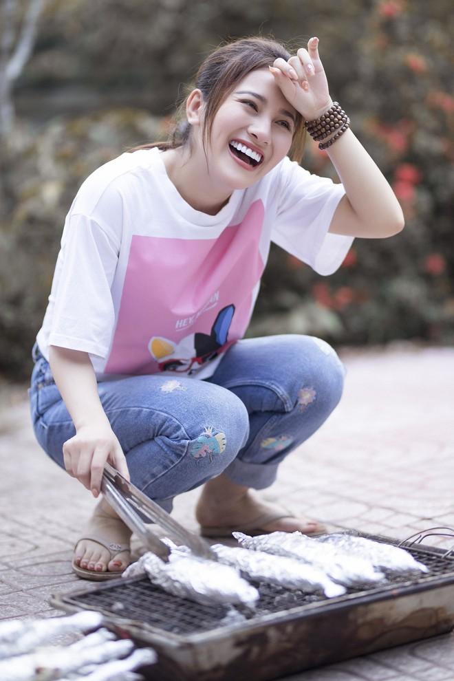 Ngọc nữ bolero Tố My vào bếp nấu mì Quảng cho fan - Ảnh 3.
