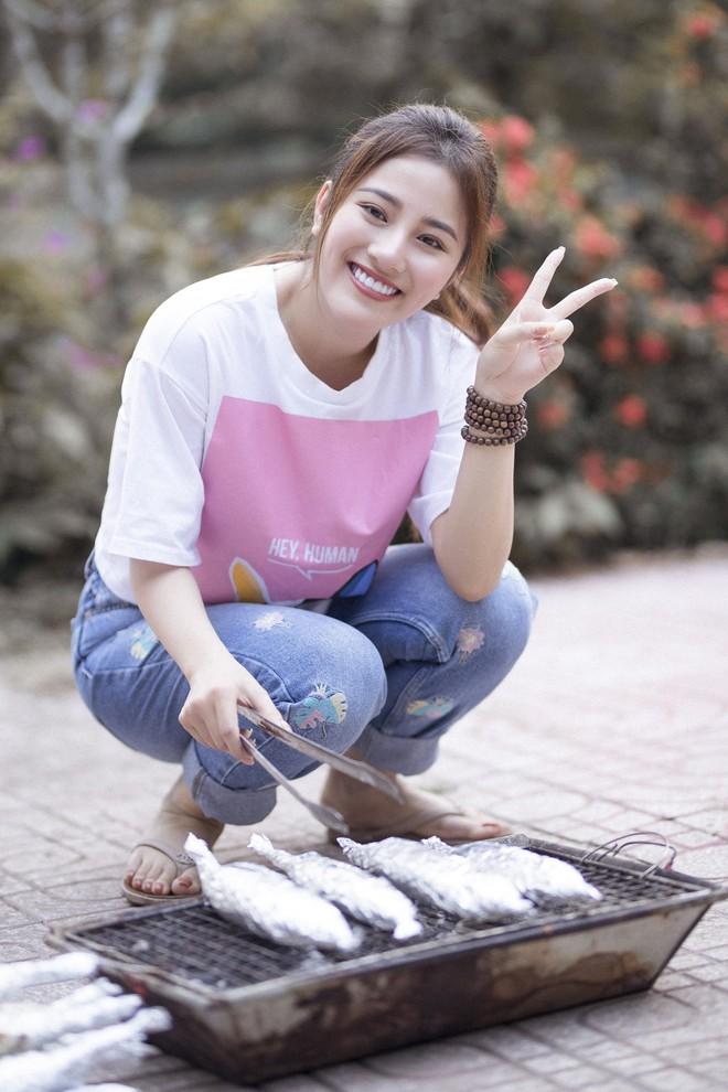 Ngọc nữ bolero Tố My vào bếp nấu mì Quảng cho fan - Ảnh 2.