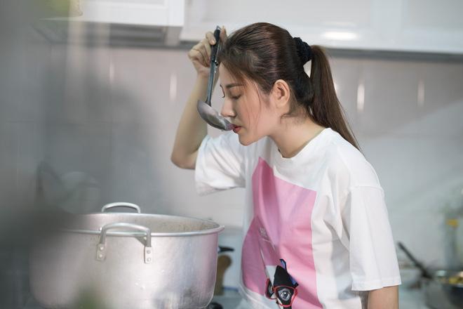Ngọc nữ bolero Tố My vào bếp nấu mì Quảng cho fan - Ảnh 7.