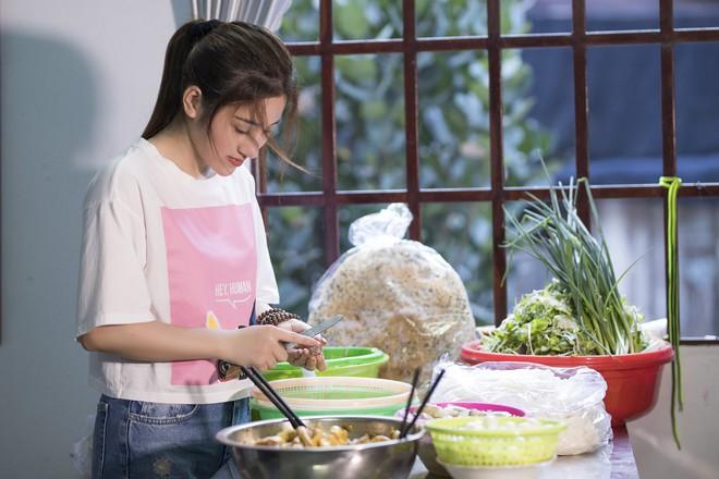 Ngọc nữ bolero Tố My vào bếp nấu mì Quảng cho fan - Ảnh 6.