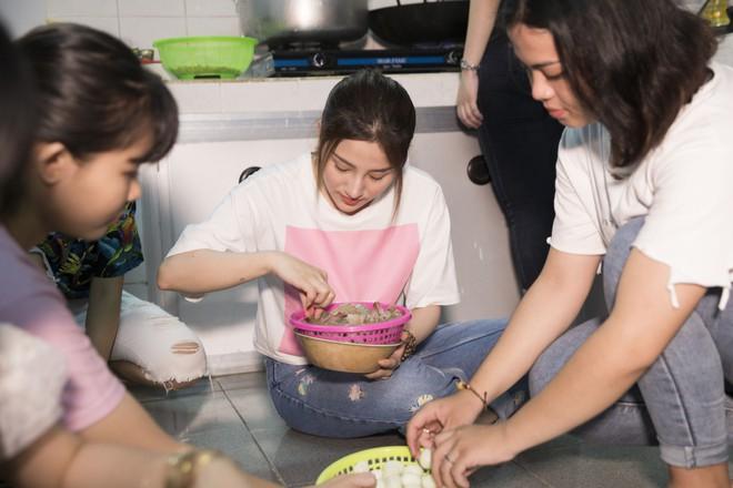Ngọc nữ bolero Tố My vào bếp nấu mì Quảng cho fan - Ảnh 5.