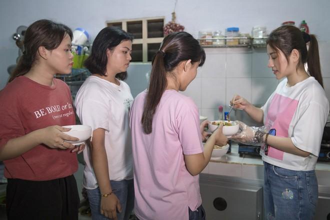 Ngọc nữ bolero Tố My vào bếp nấu mì Quảng cho fan - Ảnh 4.