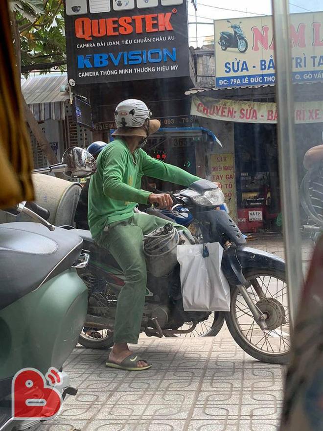 Người đàn ông lấm lem đứng trước tiệm quần áo và hành động chưa từng có của chủ shop  - Ảnh 1.