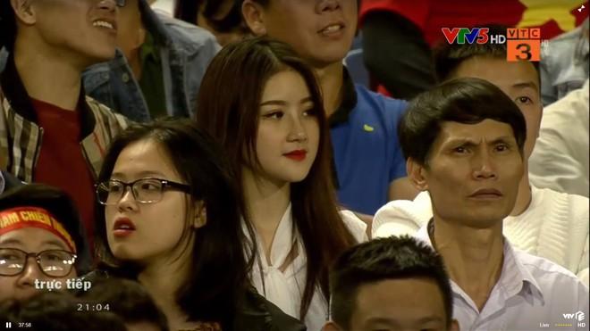 Xuất hiện thoáng qua trong trận U23 Việt Nam - U23 Thái Lan, cô gái khiến dân mạng không ngừng truy tìm - Ảnh 1.
