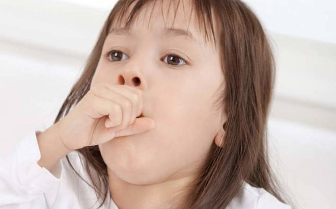 """Thay vì cho uống thuốc ho hay mặc con """"ho thấy mẹ"""", đây là 9 điều nên làm khi con cảm, ho"""