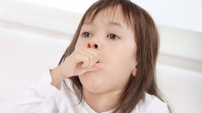 Thay vì cho uống thuốc ho hay mặc con ho thấy mẹ, đây là 9 điều nên làm khi con cảm, ho - Ảnh 1.