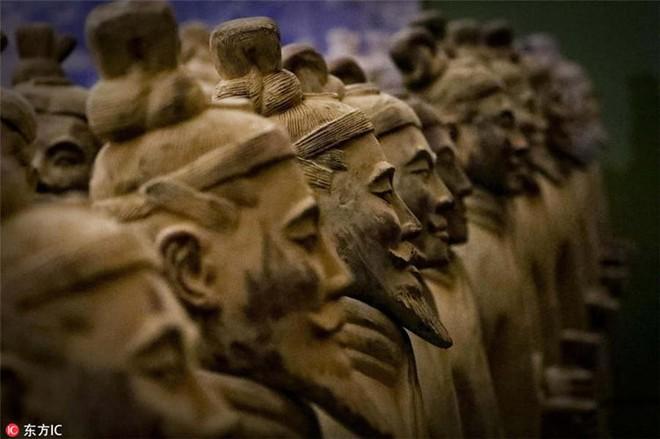 Tại sao đội quân đất nung trong lăng mộ Tần Thủy Hoàng không đội mũ giáp? - Ảnh 1.