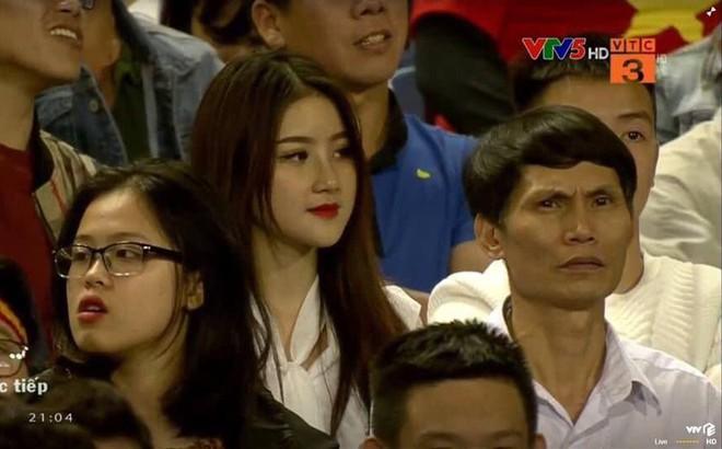 Lộ diện người đẹp trên khán đài khiến fan Việt Nam ngẩn ngơ