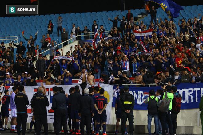 CĐV Thái Lan phát điên, tan nát cõi lòng trong ngày U23 thua tan tác trước Việt Nam - Ảnh 1.