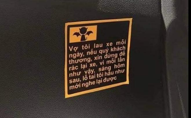 Bước lên taxi, mảnh giấy dán trên cánh cửa xe khiến hành khách bật cười