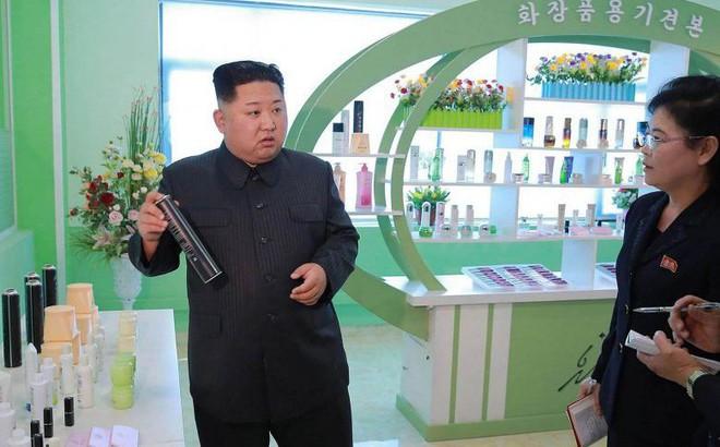 Ông Kim Jong Un hành động đặc biệt với cấp dưới, cấp dưới còn hành động đặc biệt hơn