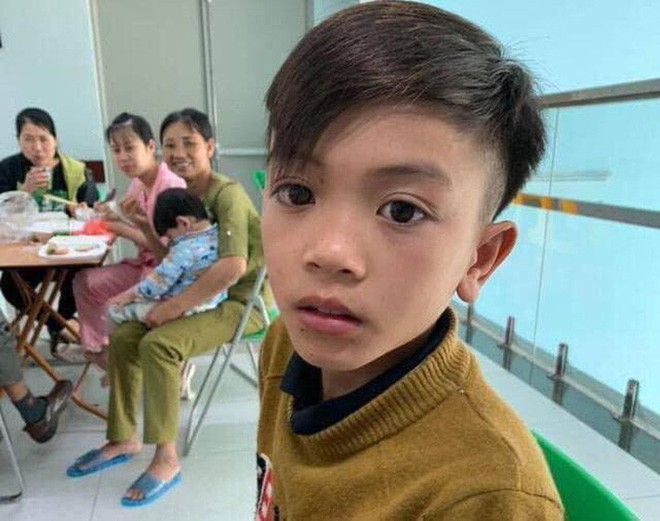 Mẹ bật khóc vì con trai 13 tuổi đạp xe không phanh vượt 100km từ Sơn La tới Hà Nội thăm em bị ốm: May mắn là con không sao... - Ảnh 2.