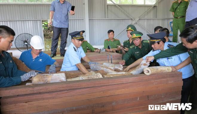 Bắt giữ hơn 9,1 tấn sừng nghi ngà voi ngụy trang tinh vi ở Đà Nẵng - Ảnh 3.