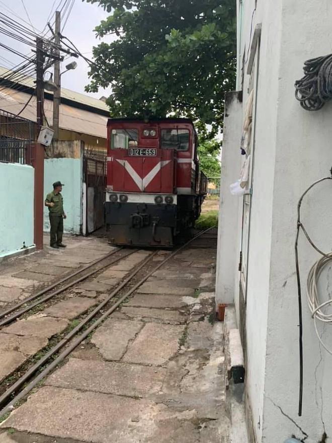 Xe sang tiền tỷ chặn giữa đường ray, tàu hỏa phải dừng lại để chờ ở Đà Nẵng - Ảnh 1.