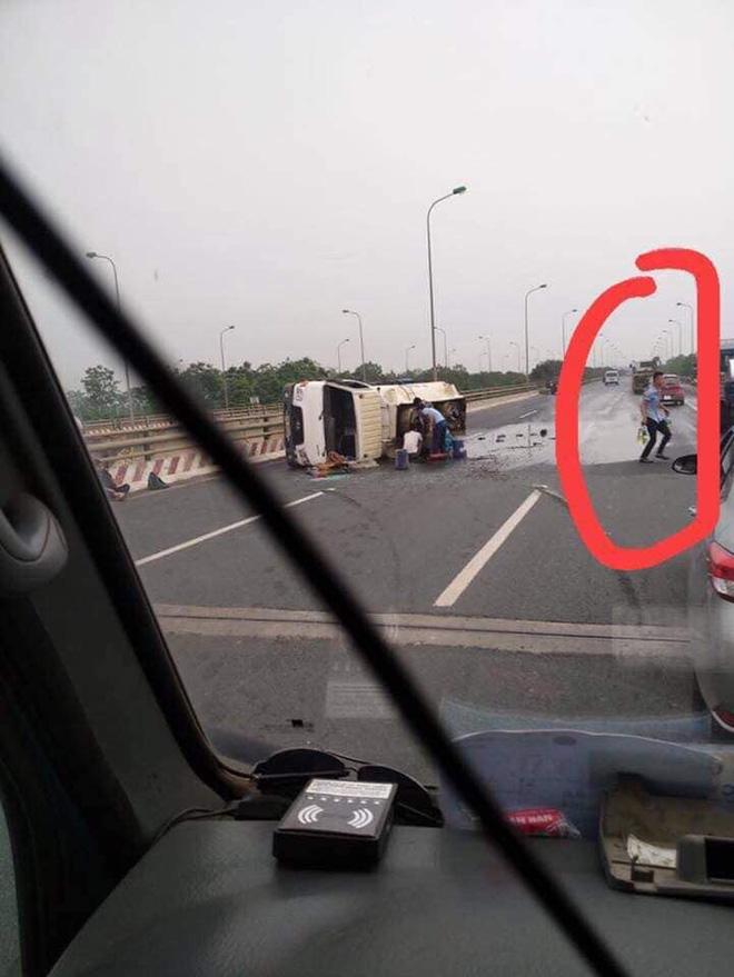 Xe chở xăng bị lật, người dân cầm chai lật đật chạy ra ăn hôi và hình ảnh bất lực của tài xế - Ảnh 4.