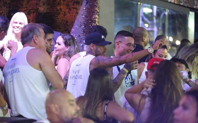 """Neymar """"quẩy"""" tưng bừng ở Brazil khi PSG yêu cầu trở lại cho đại chiến với Man United"""