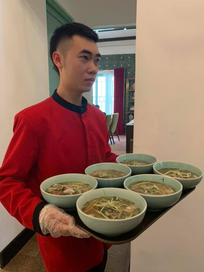 Đoàn Triều Tiên bất ngờ muốn thử mắm tép Việt Nam khi ăn trưa tại Hà Nội - Ảnh 2.