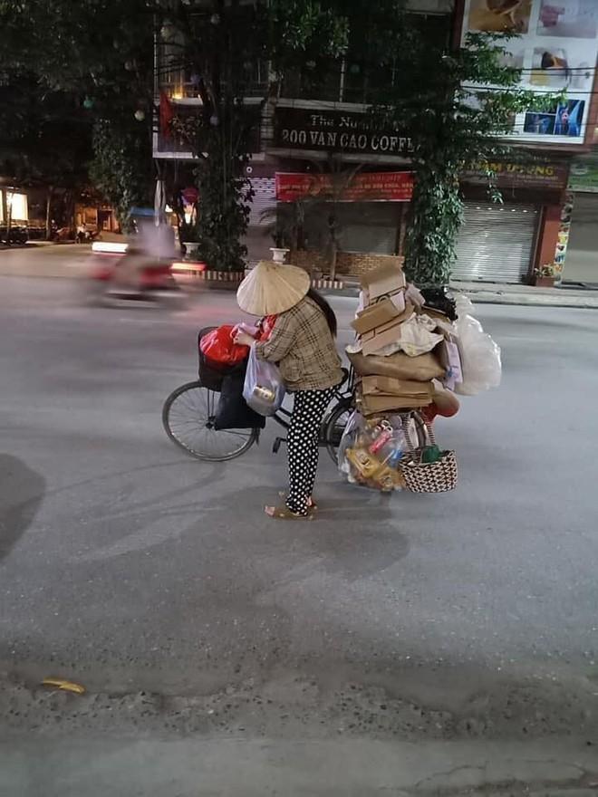 Mẹ bầu vất vả địu con đi nhặt rác kiếm sống và câu nói khiến nhiều người xấu hổ tự nhìn lại - Ảnh 2.