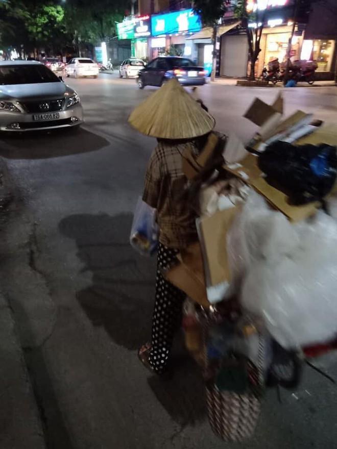 Mẹ bầu vất vả địu con đi nhặt rác kiếm sống và câu nói khiến nhiều người xấu hổ tự nhìn lại - Ảnh 3.
