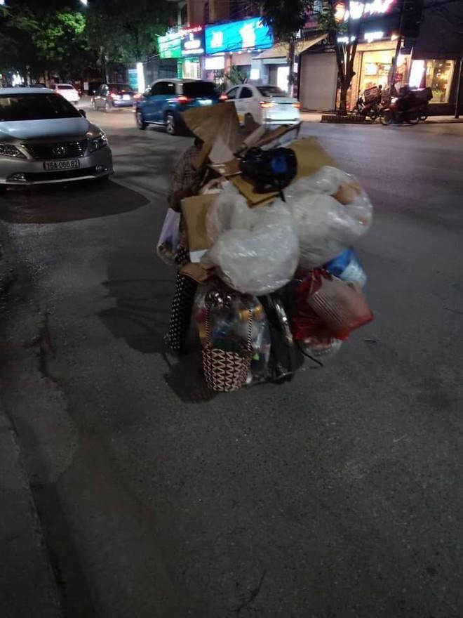 Mẹ bầu vất vả địu con đi nhặt rác kiếm sống và câu nói khiến nhiều người xấu hổ tự nhìn lại - Ảnh 1.