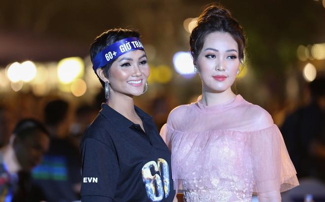 Hoa hậu H'Hen Niê xuất hiện xinh đẹp tại sự kiện Giờ trái đất ở Hà Nội