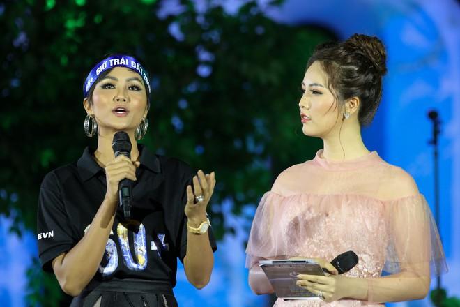 Hoa hậu HHen Niê xuất hiện xinh đẹp tại sự kiện Giờ trái đất ở Hà Nội - Ảnh 1.