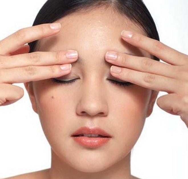 Xoa bóp bấm huyệt, dưỡng sinh hỗ trợ chữa suy giảm thị lực và lão hóa mắt - Ảnh 2.