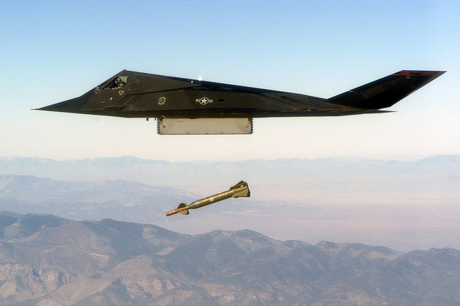 Mỹ lôi thây ma F-117 khỏi quan tài: Hé lộ bí mật động trời - Sợ S-400 Nga vít cổ F-22 - Ảnh 2.