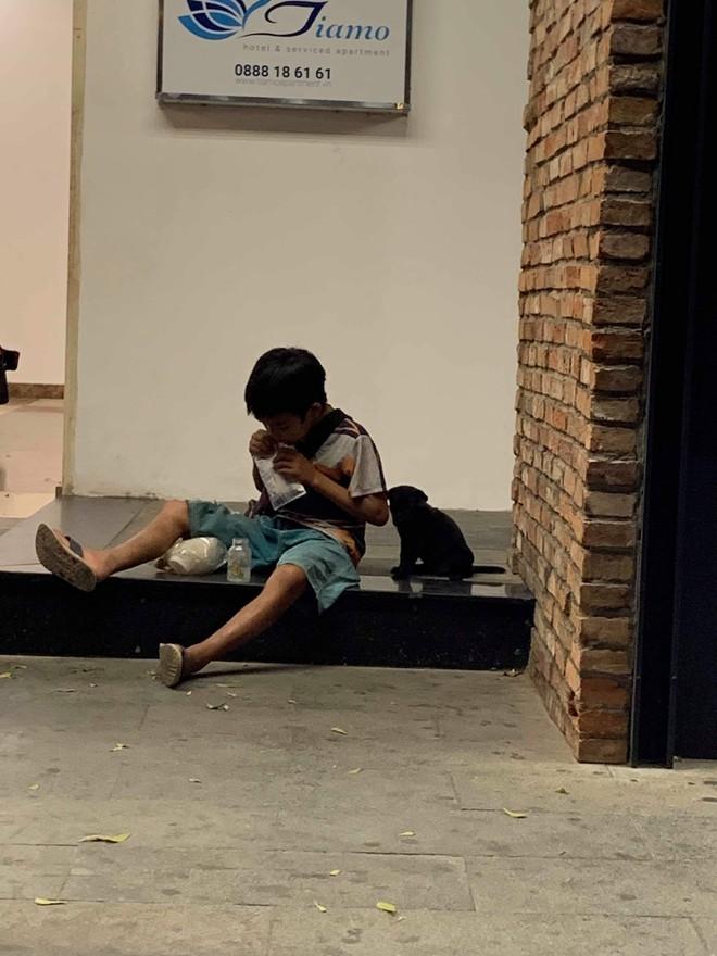 Cậu bé bán vé số chia đôi hộp sữa cho chú chó: Tiết lộ khoảnh khắc gặp gỡ đầy xúc động - Ảnh 2.