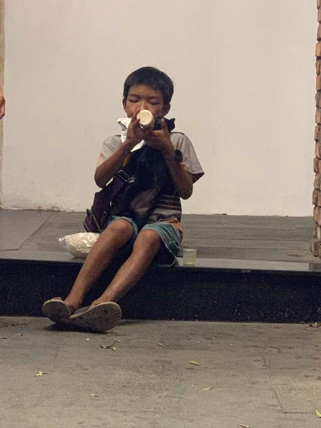 Cậu bé bán vé số chia đôi hộp sữa cho chú chó: Tiết lộ khoảnh khắc gặp gỡ đầy xúc động - Ảnh 6.